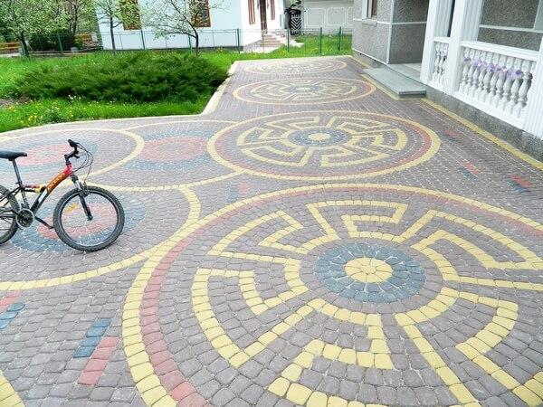 Тротуарная плитка : фото вариантов дизайна укладки во дворе частного дома